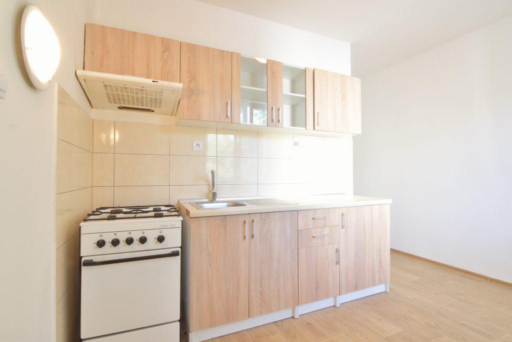 ВИДЕО: 2-комнатная квартира без мебели с балконом на улице Паровска, центр города Нитра