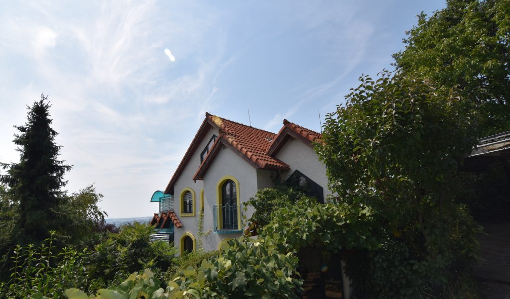 VIDEO: 4-floor family house with a garden and parking at Zobor on Havrania Street in Nitra.